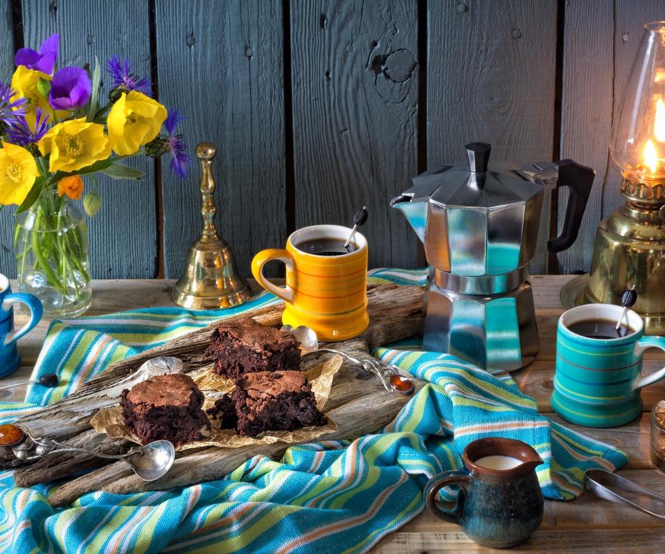 kofe-pirozhnoe-brauni-slivki-kofeinik-lampa-tsvety-maki-vasi.jpg