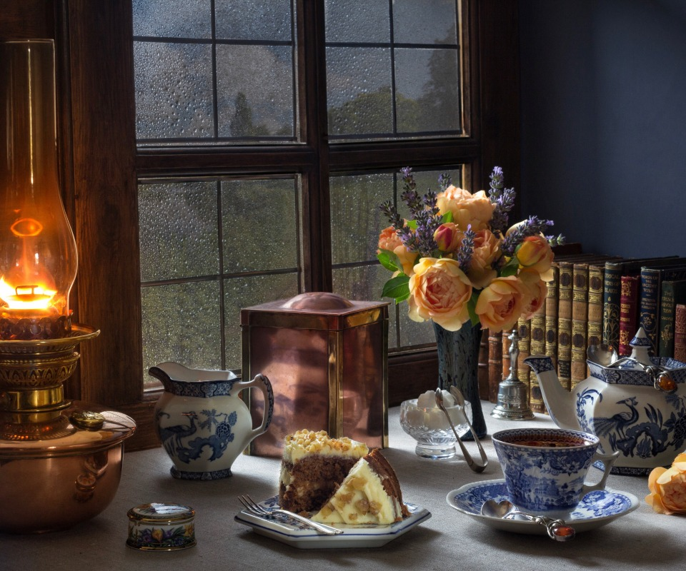 tortik-chai-tsvety-buket-rozy-lampa-knigi-okno-natiurmort-st.jpg