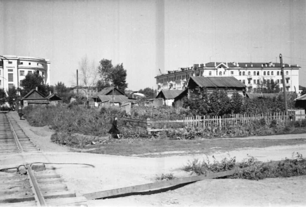 gku-ko-gako_fotofond_kniogoop_neg_d_182_l_1_ulica-leningradskaja-sejchas-ul_vesennjaja_v-rajone-dramaticheskogo-teatra_1953.jpg